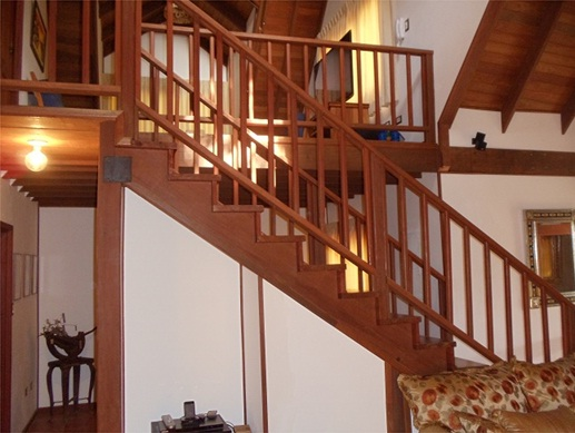 Gradas de madera casas dise o americano for Gradas de casas
